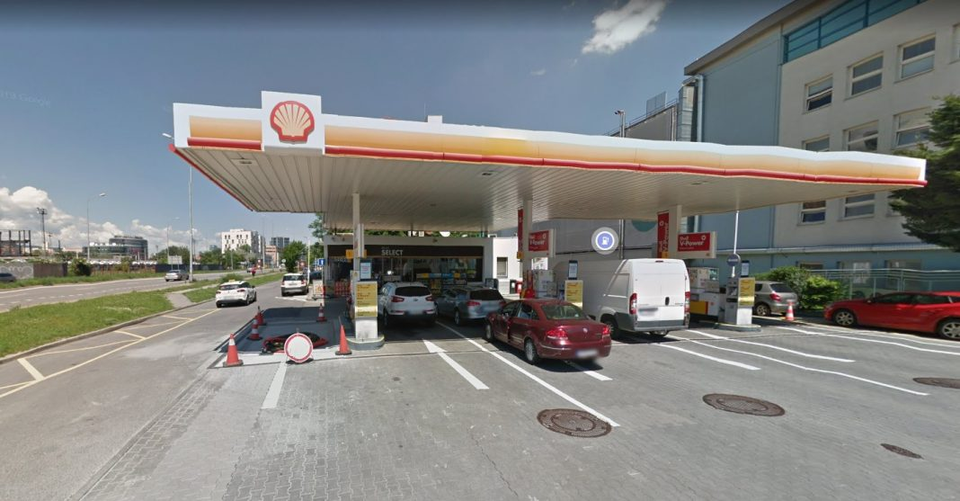 woman performs oral sex on armed robber holding up petrol station to detain him until police arrive and arrest him